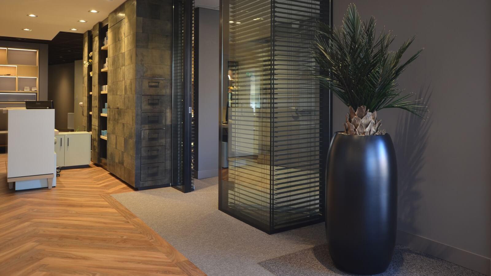 Dit is een interieur met een Phoenix palm. De GroenStyliste van StudioCentro komt graag naar je toe om deze kantoorplanten te plaatsen.